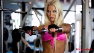 Сексуальные девушки в бикини занимаются фитнесом. Эротический фитнес.