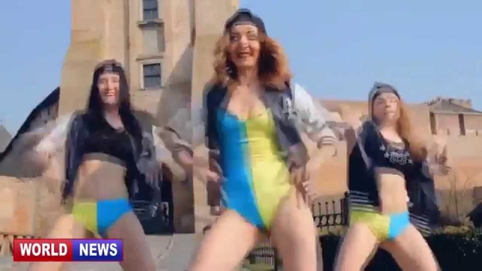 Красивые девушки танцуют эротический танец. Тверкинг