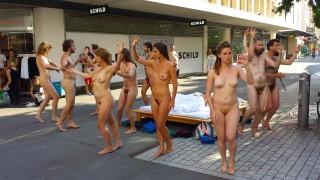 Фестиваль тела Свобода, содержит публичное раздевание, при поддержке Правительства Швейцарии