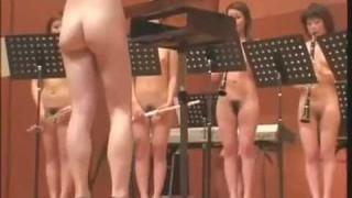 Оркестр из голых девушек. Играет музыку. Видео