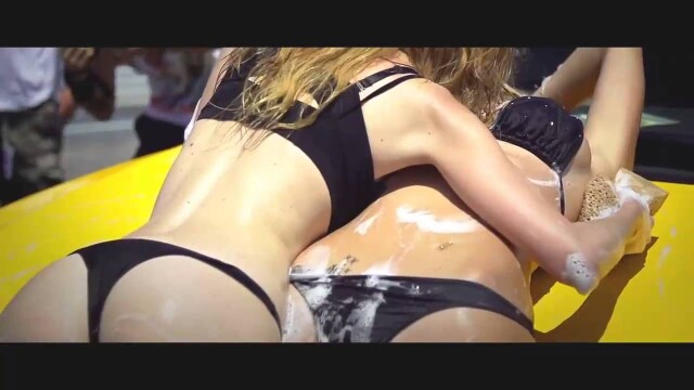 Девушки моют машину в бикини
